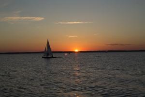 Das Boot und der Sonnenuntergang am Steinhudermeer.