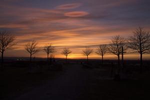 Wunderschöner Himmel nach dem Sonnenuntergang auf Kronsberg.