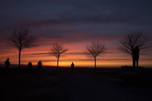 Viele Menschen mögen den Sonnenuntergang auf dem Kronsberg beobachten.