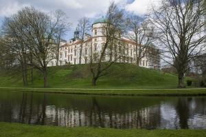 Das Schloss in Celle und daneben lanfender Fluss.