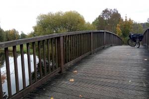 Peine und Hölle Tour -Mit dem Fahrrad aud der kleinen Holzbrücke unterwegs nach Holle.