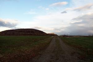 Schloss Marienburg liegt auf dem Hügel weit entfernt.