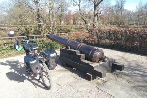 Ich habe mein Fahrrad neben dem alten Kanone geparkt.