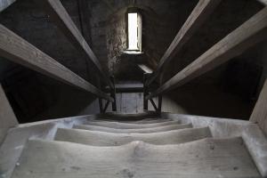 Auf den Turmtreppen von Burg Schaumburg.