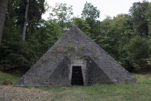 Pyramide hinter Schloss Hämelschenburg.