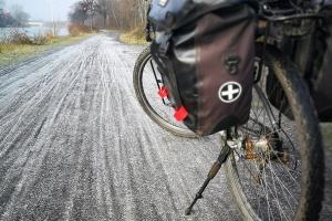 Der gefrorene Weg am Mittellandkanal.