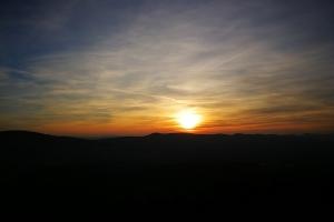 Die Sonne geht dem Bückeberg runter.