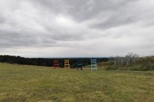 Kräher Höhe - Nienburg - Die großen Stühle auf dem Hügel.