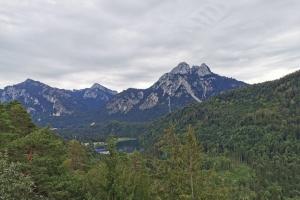 Tag 2 – Füssen – Garmisch Partenkirchen - Schloss Neuschwannstein und Hohenschwangau  in der Weite.
