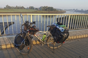 Mit dem Rad neben dem Fluss