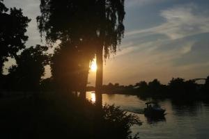 Eine kleine Gruppe unterwegs - Sonnenuntergang am Kanal