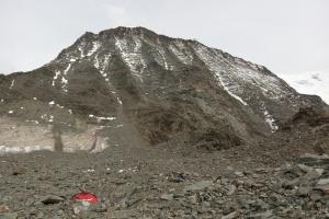 Oben auf dem Gebirge steht  Refuge du Goûter.