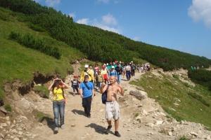 Eine große Menge Touristen wollen auf dem Gipfel.