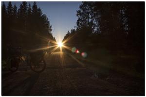 Sonnenuntergang auf der Straße in der Nähe von Vierema