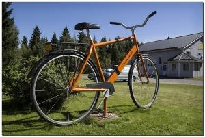 Großes Fahrrad in Rajakylä.